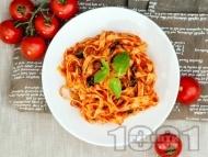 Вегетариански талиатели с доматен сос, чесън, босилек и маслини